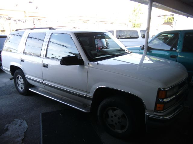 1995 CHEVROLET TAHOE LS 4WD white 4wdawdabs brakesair conditioningalloy wheelsamfm radioant