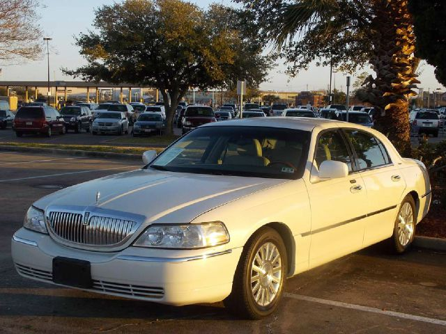 2003 LINCOLN TOWN CAR SIGNATURE white  all internet prices are reduced for cash cashiers chec